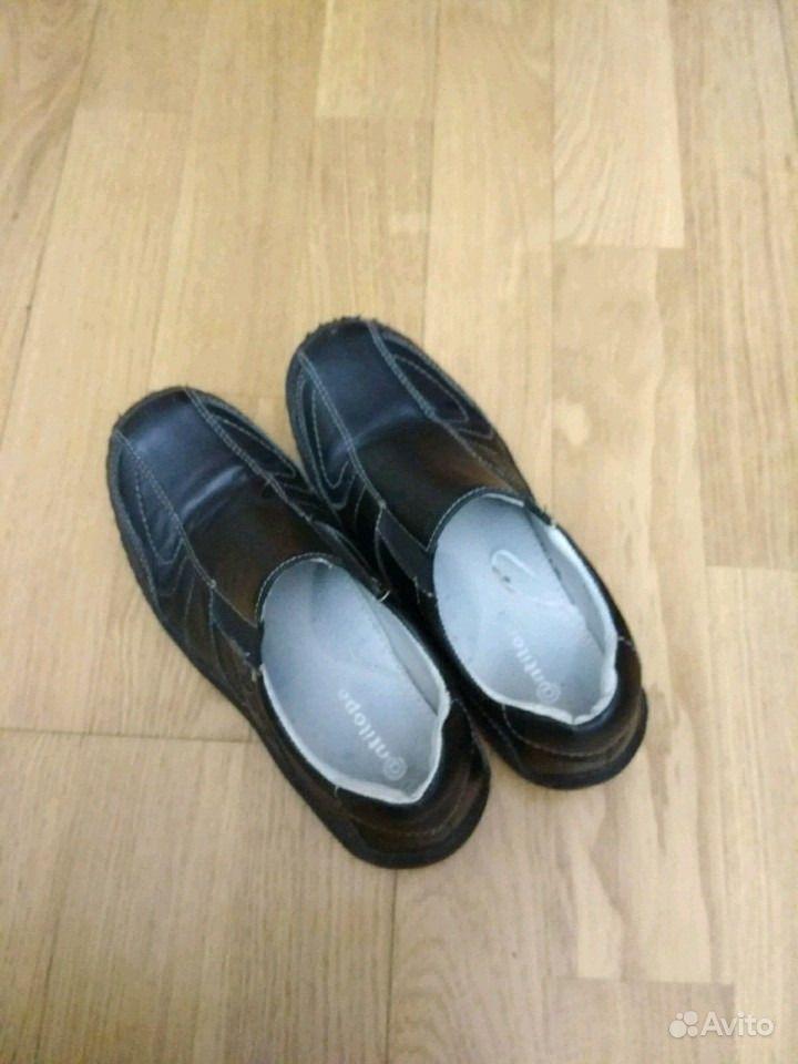 Одевает туфлю на член